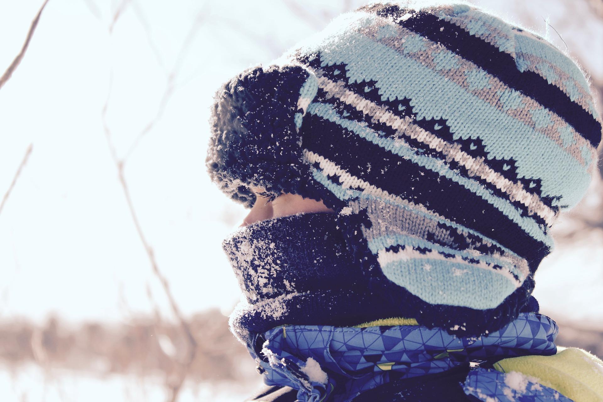 femme avec bonnet d'hiver