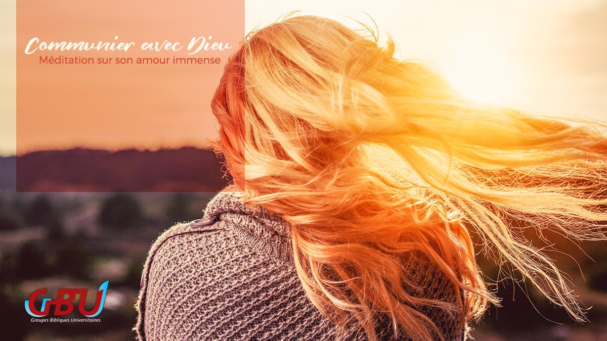 Femme regardant le coucher de soleil